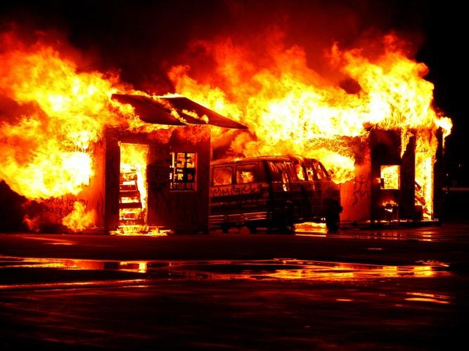 Środki trwałe a pożar hali magazynowej